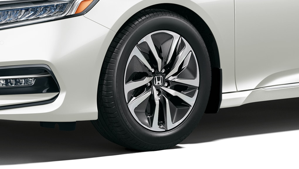 "Image of 2018 Accord Hybrid 17"" aluminum-alloy wheels"