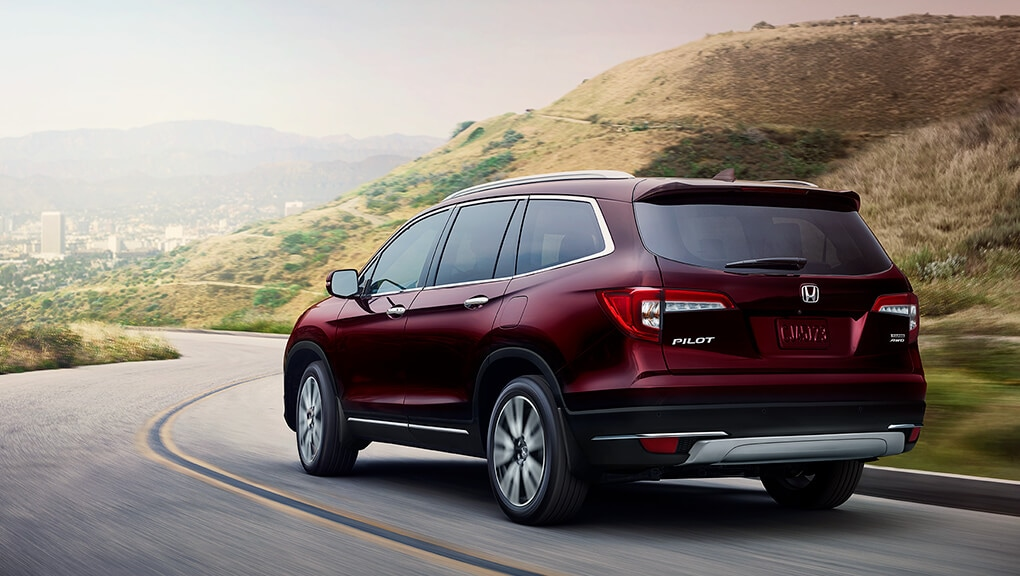 2021 Honda Pilot rounding a turn in the road
